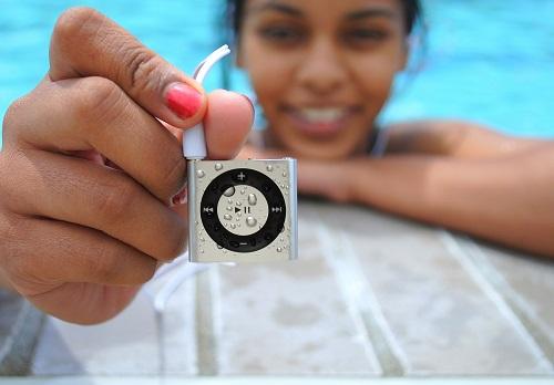 M-iPod-poolside